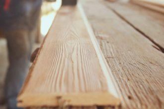 Браширование деревянной доски