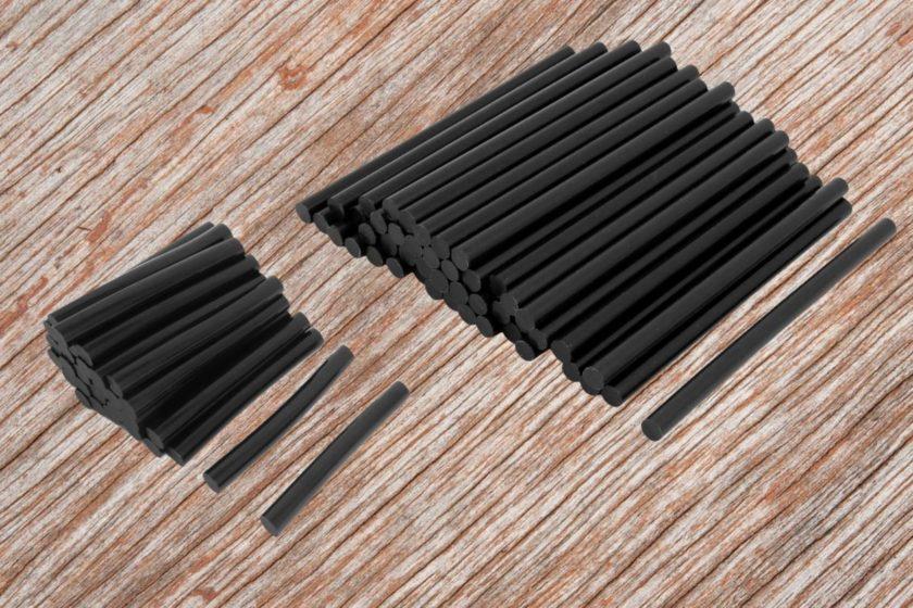 Черные клеевые стержни разной длины