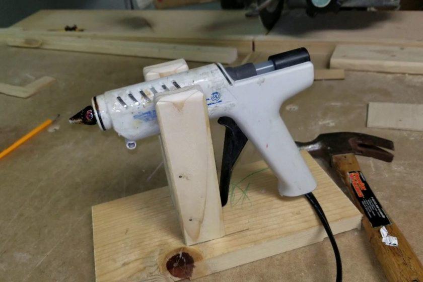 Деревянная подставка для клеевого пистолета