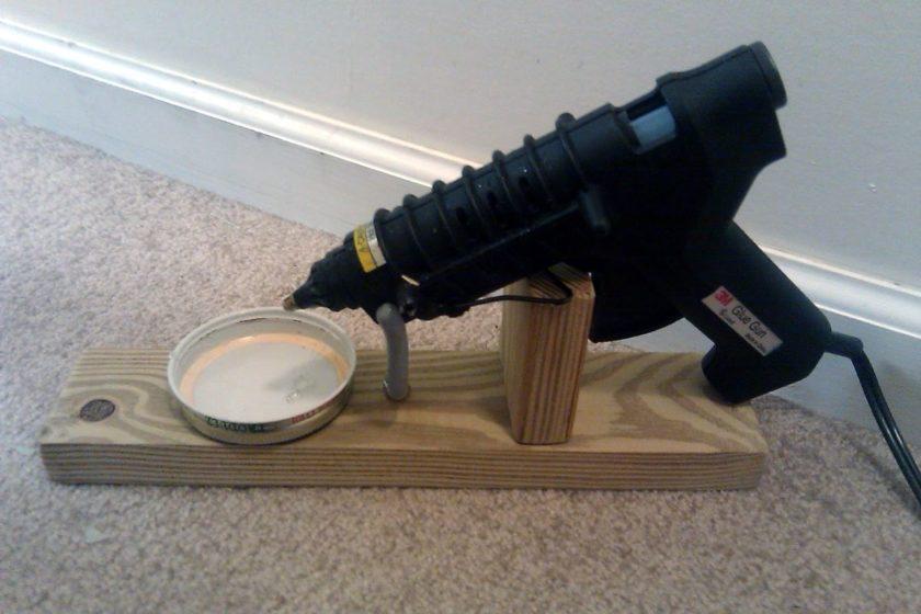 Деревянная подставка для термоклеевого пистолета