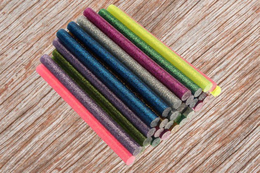 Разноцветные клеевые стержни для творчества