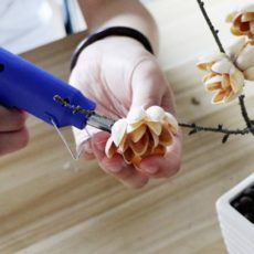Создание цветков на дереве из фисташек