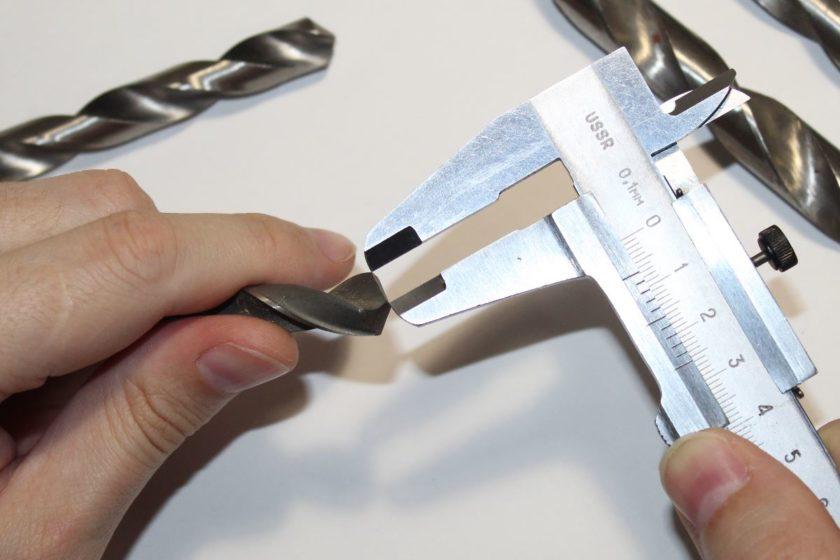 Проверка штангенциркулем соответствия длин режущих кромок
