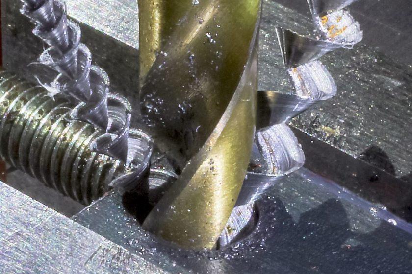 Равномерный выход металлической стружки по канавкам сверла
